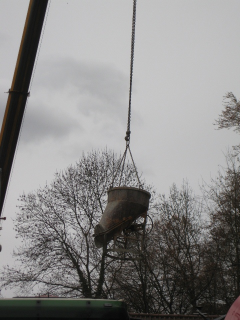 Dazu muss der Beton ca. 30m in Richtung Wald transportiert werden.