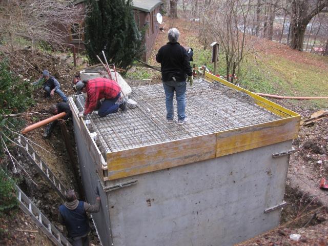 Auch die Wände der neuen Abwassergrube stehen.